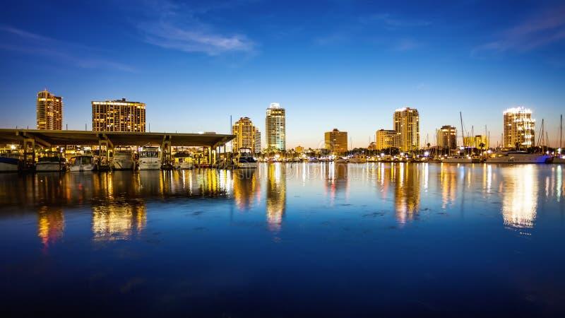 圣彼德堡,佛罗里达地平线和小游艇船坞都市风景 免版税图库摄影