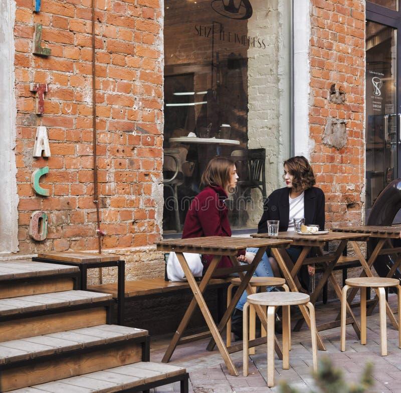 圣彼德堡,俄罗斯游人吃早餐在贝特霍尔德中心 库存图片