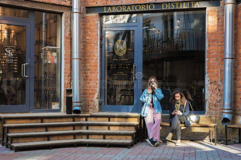 圣彼德堡,俄罗斯贝特霍尔德中心,在酒吧附近的少女 免版税库存照片