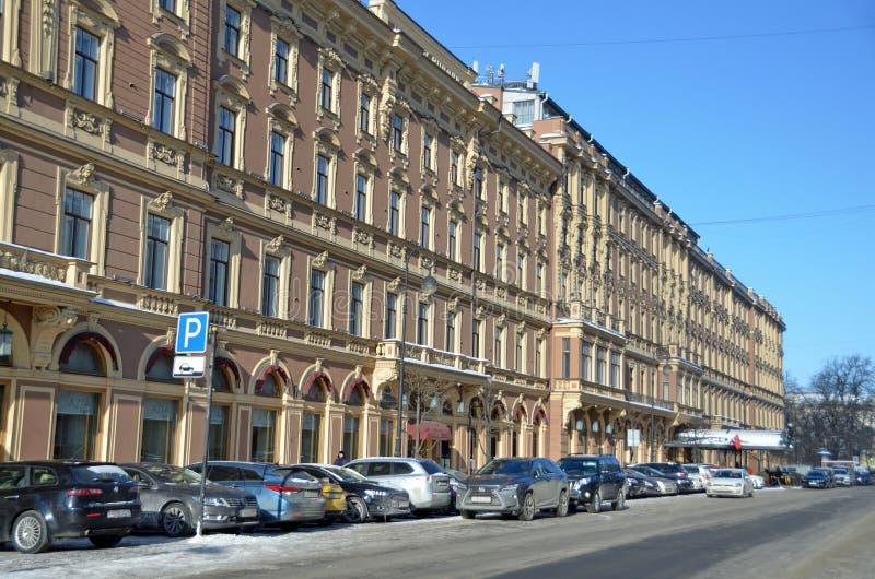 圣彼德堡,俄罗斯, 2018年2月, 27日 汽车在旅馆'盛大旅馆欧洲'停放在圣彼德堡在冬天 免版税库存照片