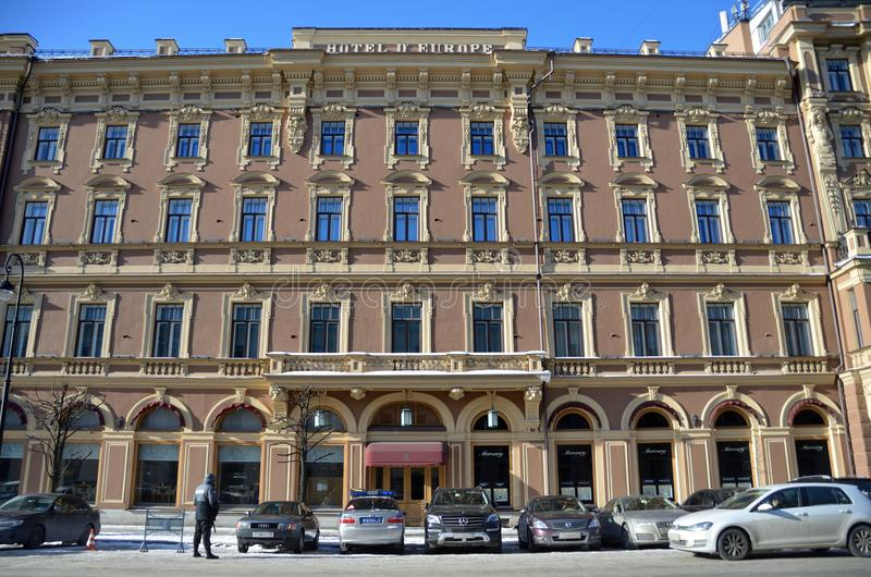 圣彼德堡,俄罗斯, 2018年2月, 27日 汽车在旅馆'盛大旅馆欧洲'停放在圣彼德堡在冬天 库存图片