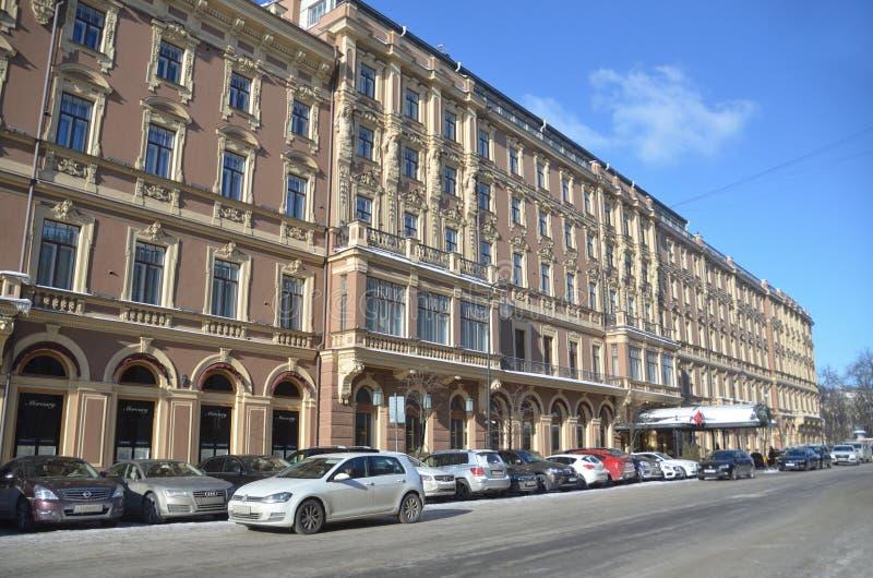 圣彼德堡,俄罗斯, 2018年2月, 27日 汽车在旅馆'盛大旅馆欧洲'停放在圣彼德堡在冬天 库存照片