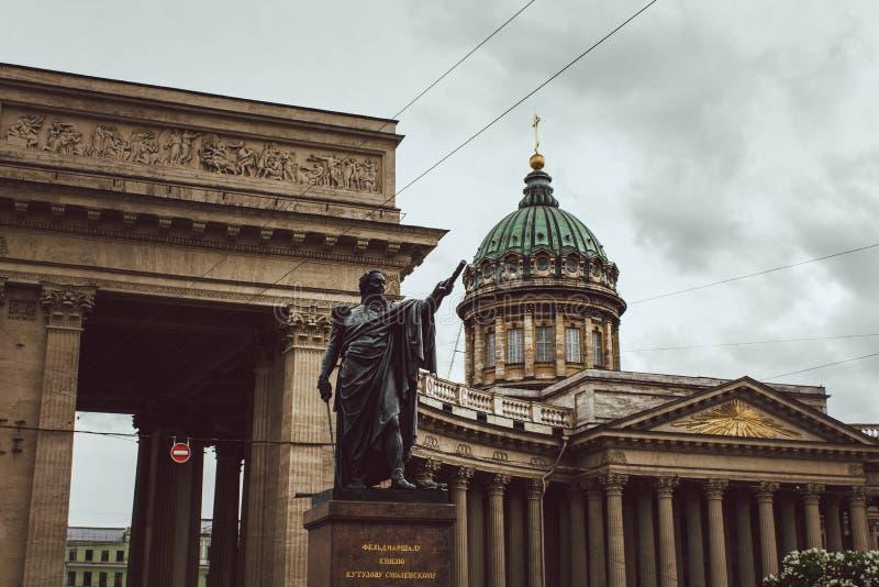 圣彼德堡,俄罗斯,2019年5月 库图佐夫,喀山大教堂看法的喀山大教堂和纪念碑多雨天气的 库存照片