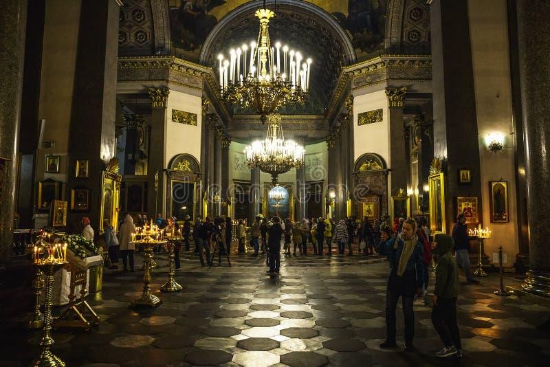 圣彼德堡,俄罗斯-大约2017年6月:喀山大教堂内部有人的 喀山大教堂是其中一个最大的教会 免版税库存照片