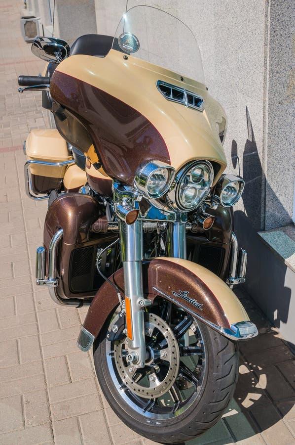 圣彼德堡,俄罗斯- 06 18 2019年:在城市街道上停放的壮观的现代摩托车 哈利戴维森超限制了 库存照片