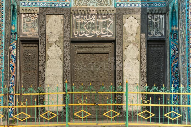 圣彼德堡,俄罗斯- 04 26 2019年:大教堂清真寺 对大教堂清真寺的入口用大奖章装饰与 图库摄影