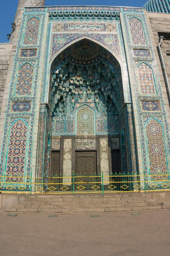 圣彼德堡,俄罗斯- 04 26 2019年:对大教堂清真寺的入口用与引文的大奖章装饰从 免版税库存图片