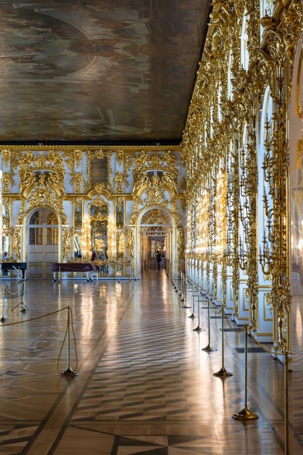 圣彼德堡,俄罗斯- 2019年4月30日:在凯瑟琳的宫殿,普希金,Tsarskoye Sel里面的壮观的舞厅内部 库存照片