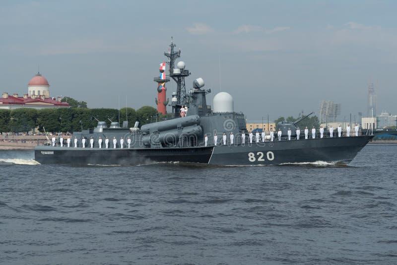 圣彼德堡,俄罗斯- 2017年7月30日:楚瓦什共和国` s在海军游行的导弹小船在圣彼德堡 图库摄影