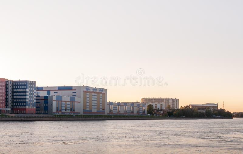 圣彼德堡,俄罗斯- 2017年9月5日:涉及工业案件在河 晚上射击 库存图片