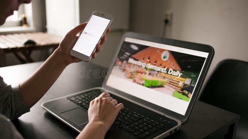 圣彼德堡,俄罗斯- 2019年5月14日:站点和应用程序的用户 俄国公司X5零售小组网站和商标  免版税库存照片