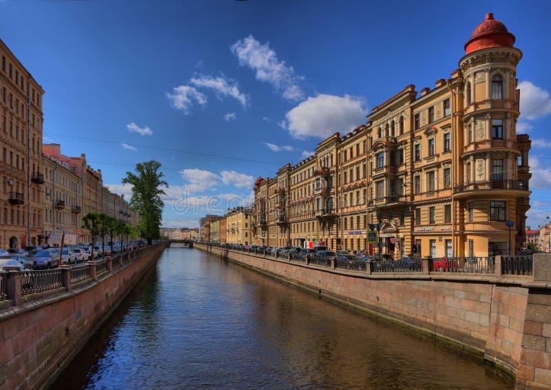 圣彼德堡,俄罗斯- 2018年5月31日Griboyedov运河堤防的全景 库存图片