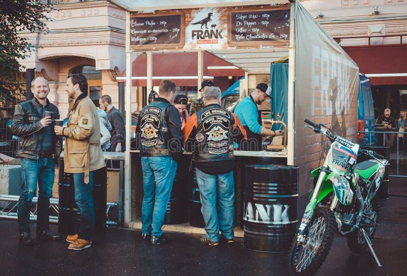 圣彼德堡,俄罗斯- 2016年8月11-14, :在每年欧洲自行车节日期间,从欧洲的骑自行车的人涅夫斯基的勘察 图库摄影