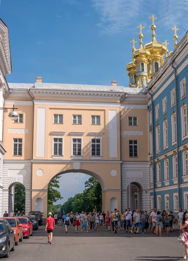 圣彼德堡,俄罗斯- 2016年6月26日:教会的金黄圆顶在凯瑟琳宫殿 Tsarskoye Selo 库存照片