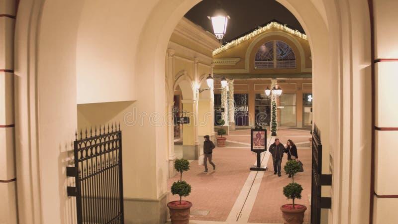 圣彼德堡,商店地区的里面与照明的在冬日 免版税库存图片