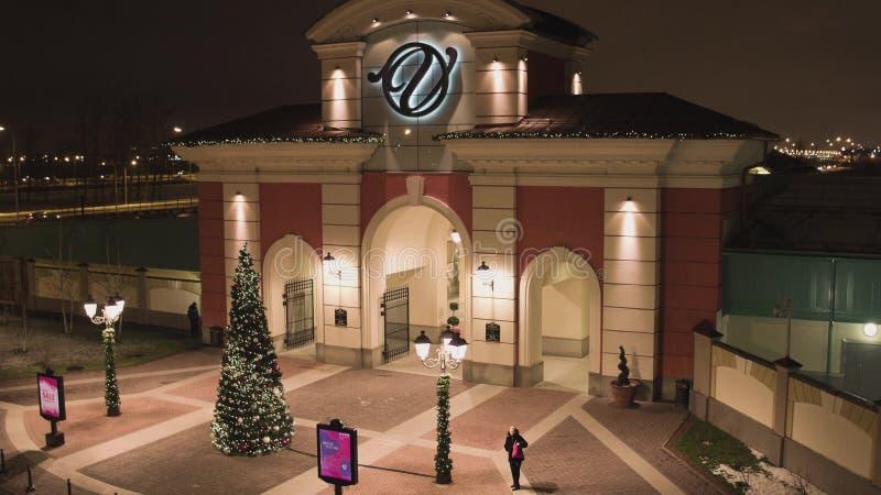 圣彼德堡,对一些商店地区的入口与照明在冬日 免版税库存照片
