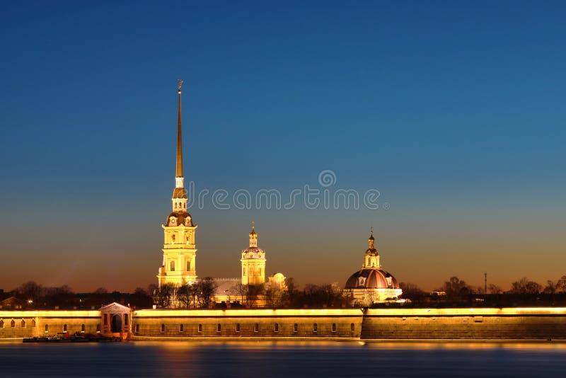 圣彼德堡,落日光芒的俄罗斯彼得和保罗堡垒  免版税库存图片