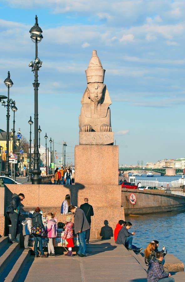 圣彼德堡 俄国 人们临近古老狮身人面象 库存图片