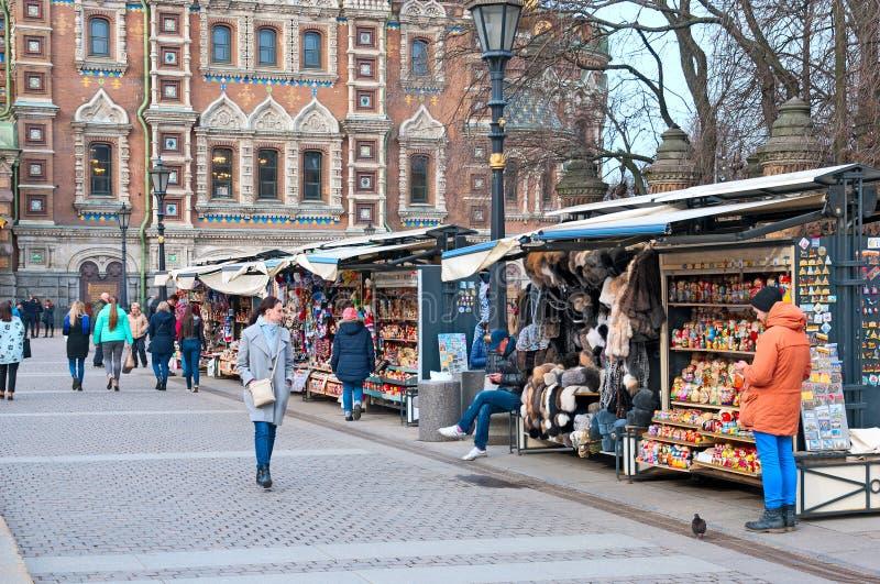 圣彼德堡 俄国 人们临近纪念品店 库存图片