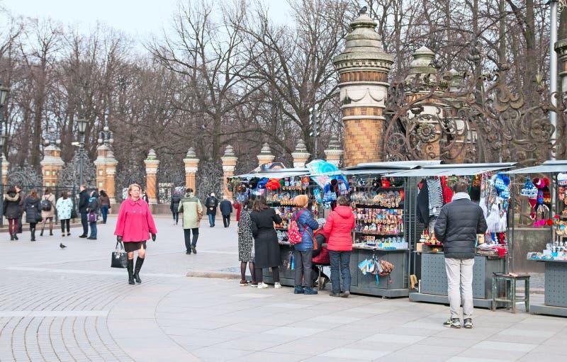 圣彼德堡 俄国 人们临近纪念品店 库存照片