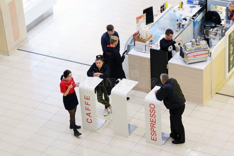 圣彼德堡 俄国 10 12在购物中心视图的2018年咖啡馆从二楼 人们喝咖啡休息 库存照片