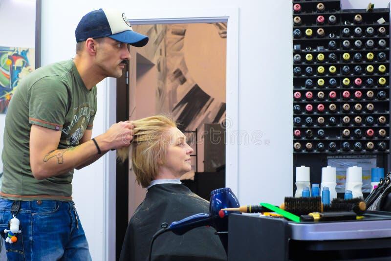 圣彼德堡 俄国 11 09 2018头发大师做称呼客户头发 免版税图库摄影