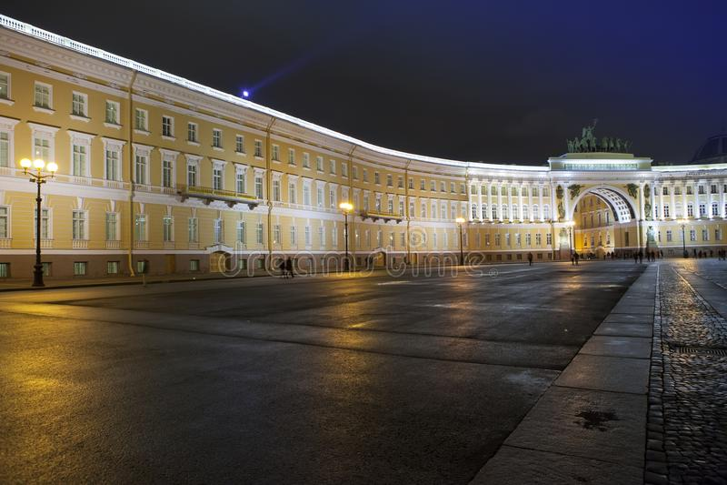 圣彼德堡 俄国 宫殿总参谋部大厦的正方形和曲拱在夜照明的 免版税图库摄影