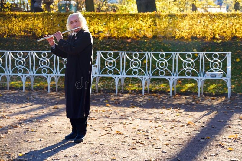 圣彼德堡 俄国 10 15 2018年 街道音乐家演奏长笛 免版税库存图片