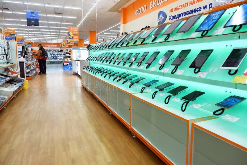 圣彼德堡 俄国 11 26 电子商店的2018个架子 智能手机和片剂 免版税库存照片