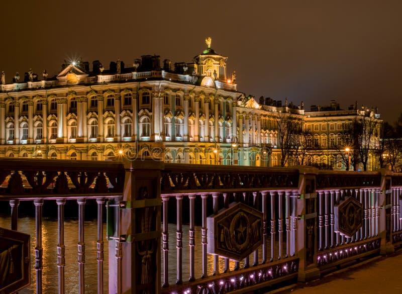 圣彼德堡 冬宫的看法从宫殿桥梁的 种族分界线晚上摄影 免版税库存图片