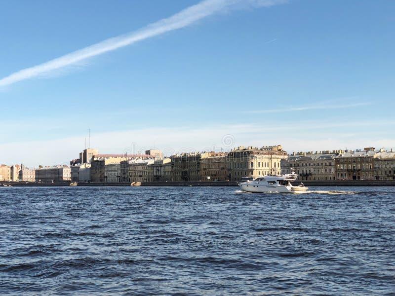 圣彼德堡 在涅瓦河的游艇在圣彼德堡,圣彼德堡,俄罗斯 库存照片