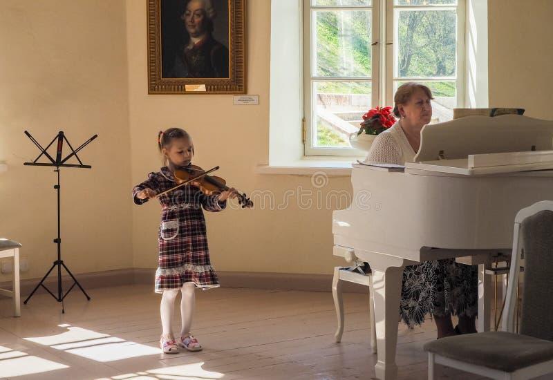 圣彼德堡 春天2017年 小女孩音乐家弹小提琴 免版税库存照片
