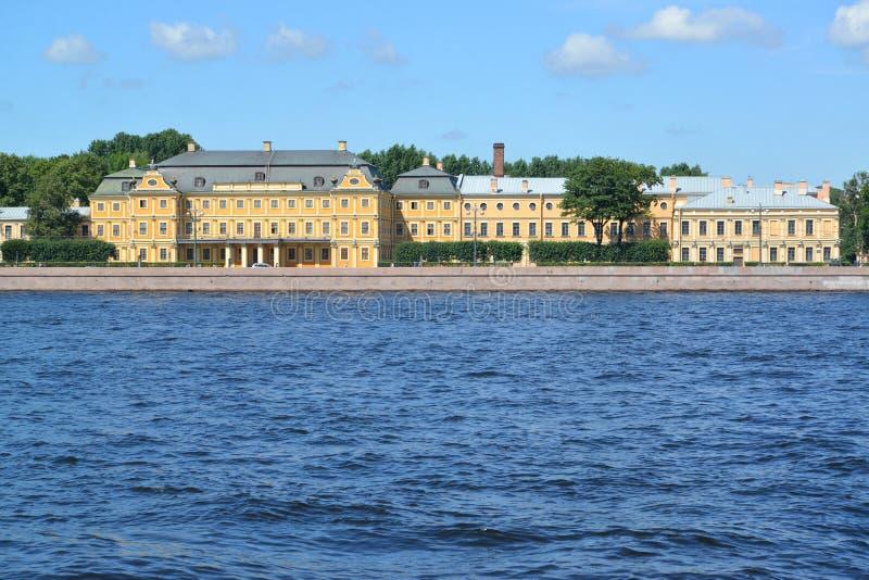 圣彼德堡 Universitetskaya堤防和Menshiko看法  免版税库存照片