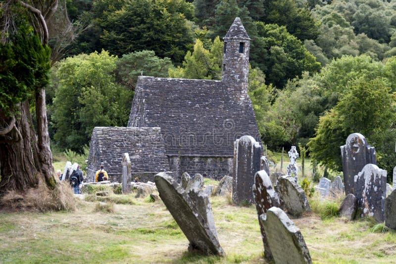 圣徒凯文的教会和圆的塔,爱尔兰 免版税库存照片