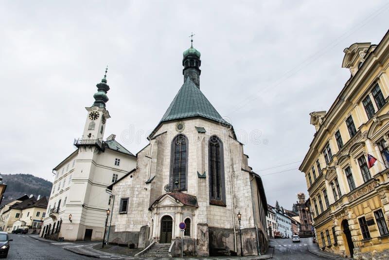 圣徒凯瑟琳的教会和城镇厅在Banska Stiavnica市, 免版税库存图片
