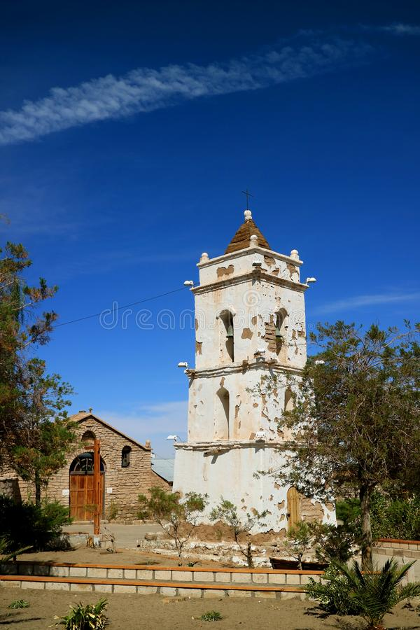 圣徒卢卡斯教会和钟楼在Toconao,圣佩德罗火山de阿塔卡马,智利镇  免版税库存图片