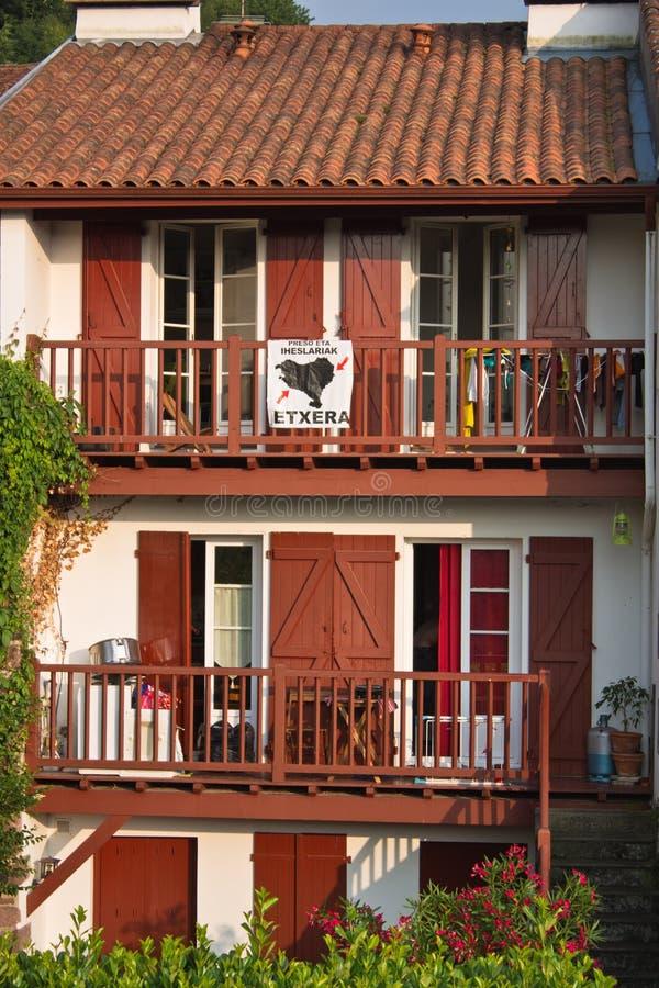 圣徒吉恩Pied de Port,法国- 2013年7月, 14日-有红色快门和细节的典型的巴斯克建筑学大厦房子 库存照片
