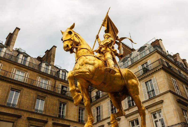 圣徒圣贞德金黄雕象  免版税库存图片