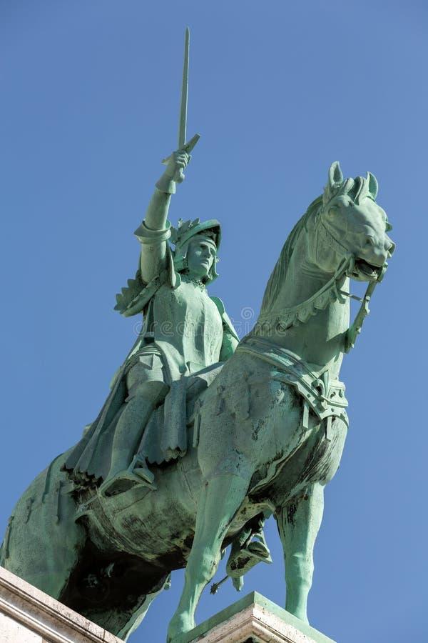 圣徒圣贞德巴黎骑马雕象大教堂的Sacre Coeur 库存图片