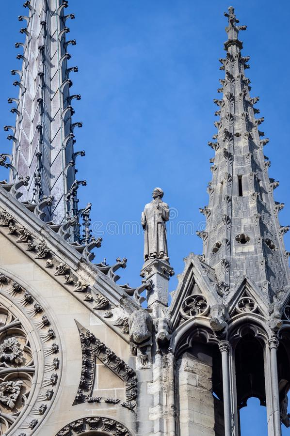 圣徒尖顶塔和雕象巴黎圣母院南门面的  免版税库存照片