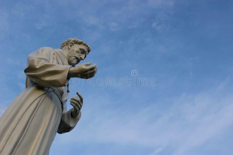 圣徒弗朗西丝手表在蓝天下 库存照片