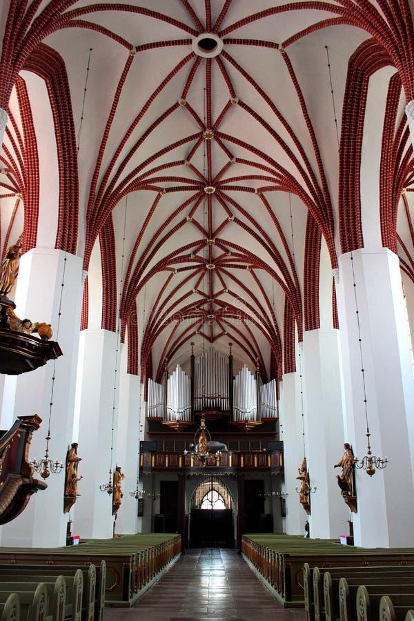 圣徒彼得和保罗牧师会主持的教堂的内部在瓦尔米亚地区利兹巴克,波兰 库存图片