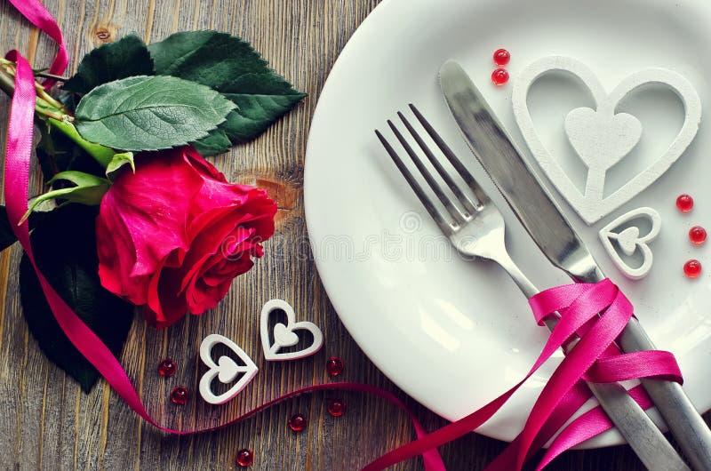 圣徒情人节欢乐浪漫桌设置和上升了 免版税库存照片