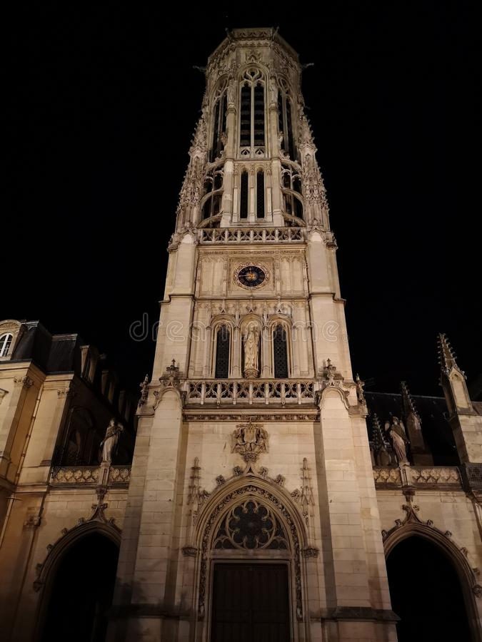 圣徒热尔曼l ` Auxerrois教会钟楼在巴黎 免版税库存照片