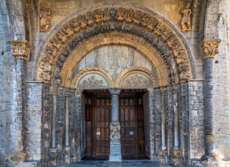 圣徒玛丽亚大教堂门户在Oloron -法国 图库摄影