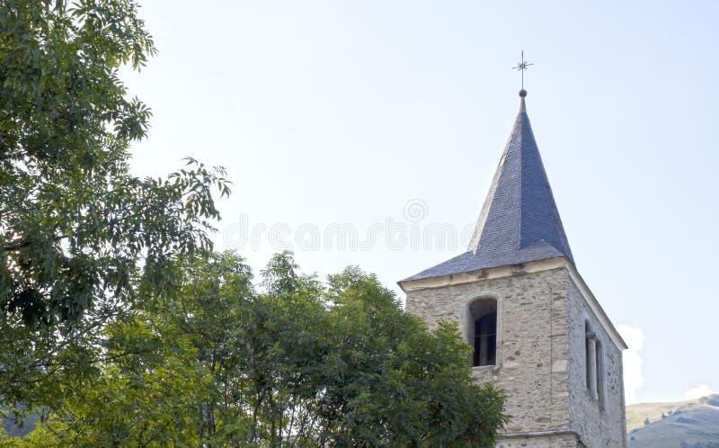 圣徒的拉里圣雅克教会在树附近 库存图片