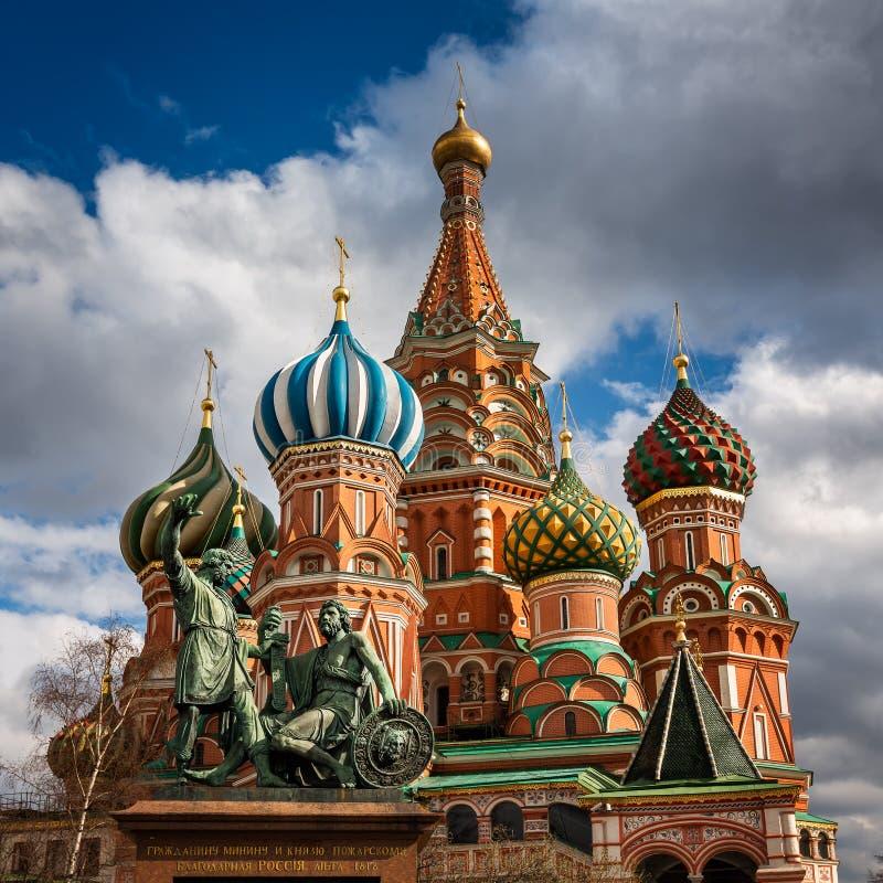 圣徒蓬蒿教会和米宁和Pozharsky纪念碑在莫斯科 免版税库存照片