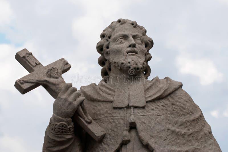 圣徒雕象有十字架的 免版税库存图片