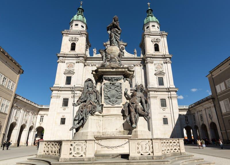 圣徒鲁珀特和Vergilius大教堂和玛丽亚专栏在Domplatz 萨尔茨堡 免版税库存图片