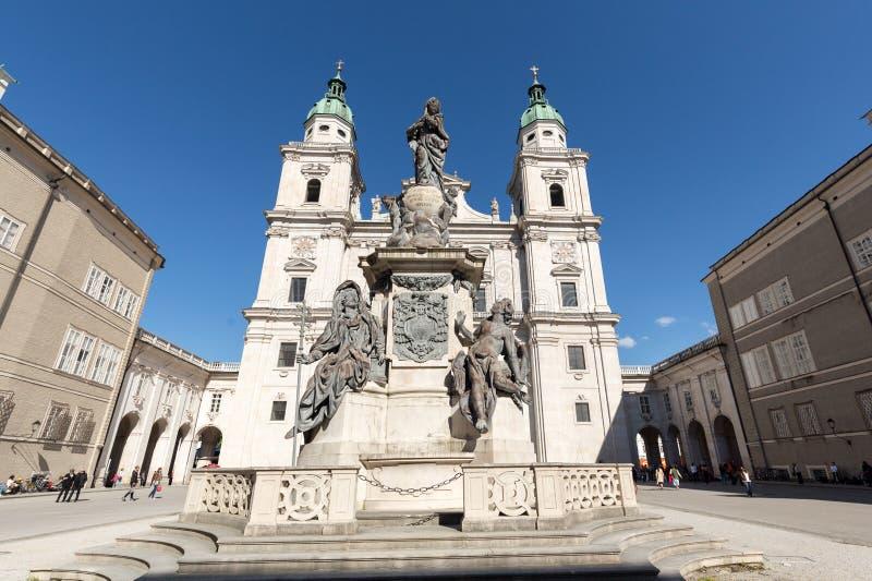 圣徒鲁珀特和Vergilius大教堂和玛丽亚专栏在Domplatz 萨尔茨堡 免版税图库摄影